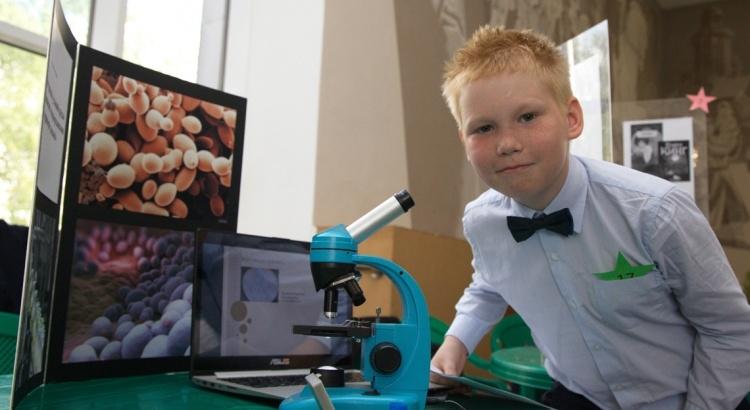 мальчик с микроскопом